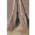 Березовая метла с черенком справится с любым мусором — грязью, пылью, песком, опавшими листьями, стружкой и т.п. К тому же она экологична, поскольку изготовляется только из натуральных материалов